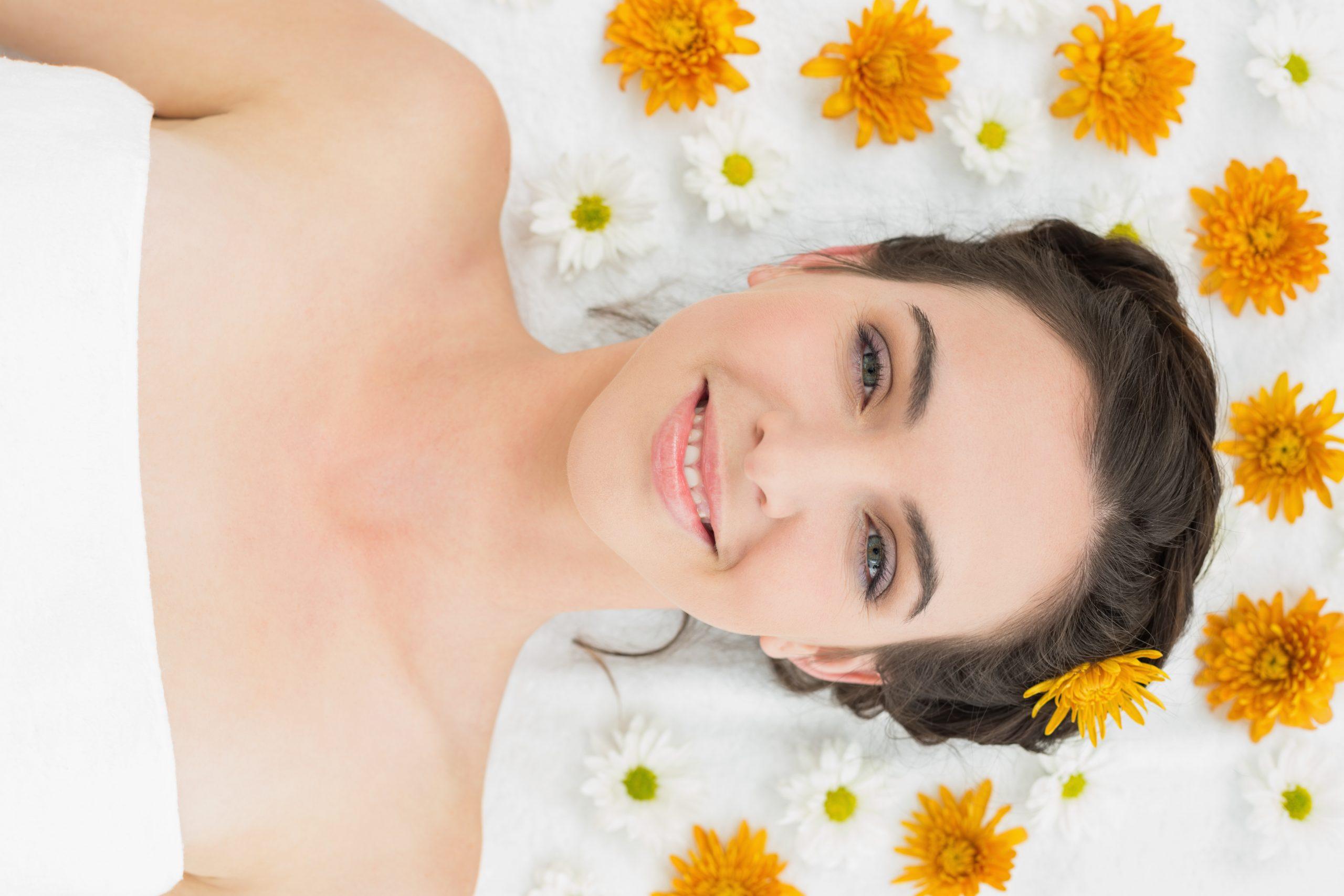Mujer sonriente que sabe como tratar con las estrías