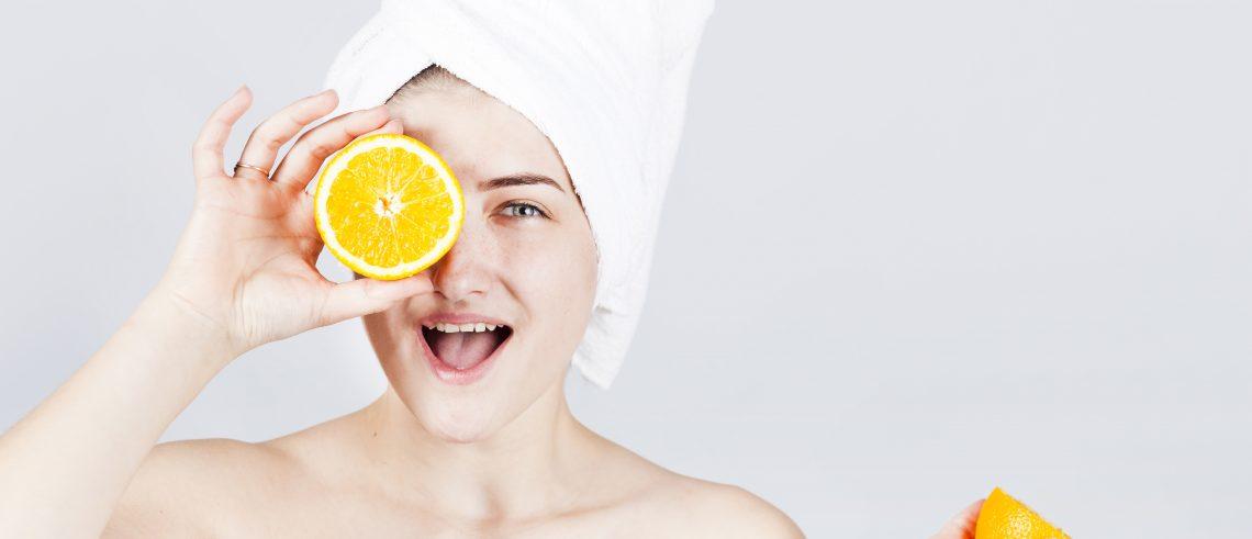 Mirando una naranja fuente natural de antioxidantes