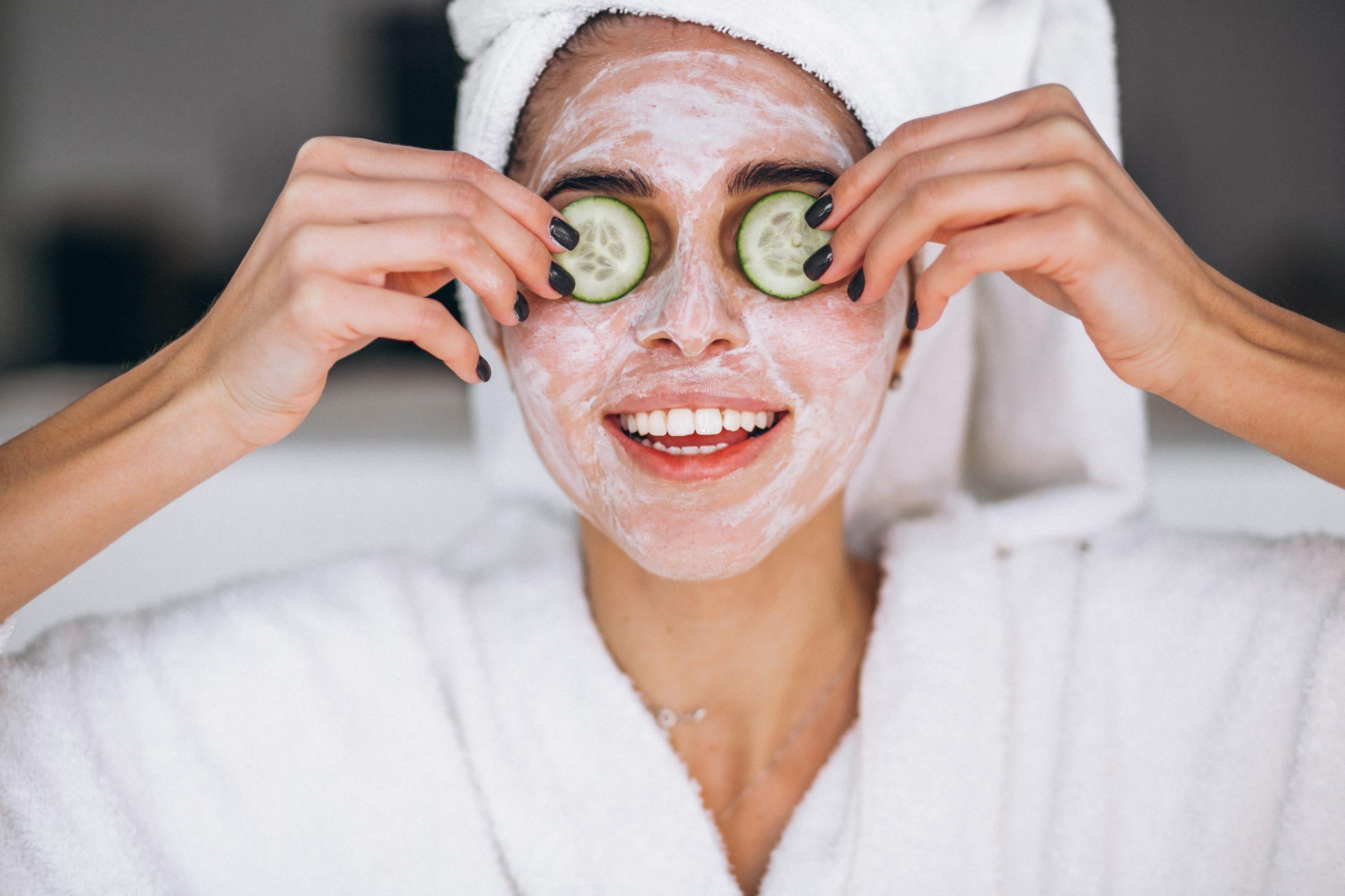 Mujer usando una mascarilla de belleza para tratar la piel seca