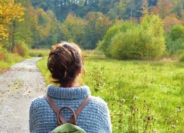 Mujer paseando en el campo tras la quimioterapia
