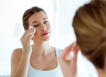 Reflejo en el espejo realizando la limpieza facial diaria