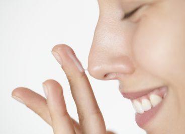 Mujer realizando el cuidado diario de su piel sensible
