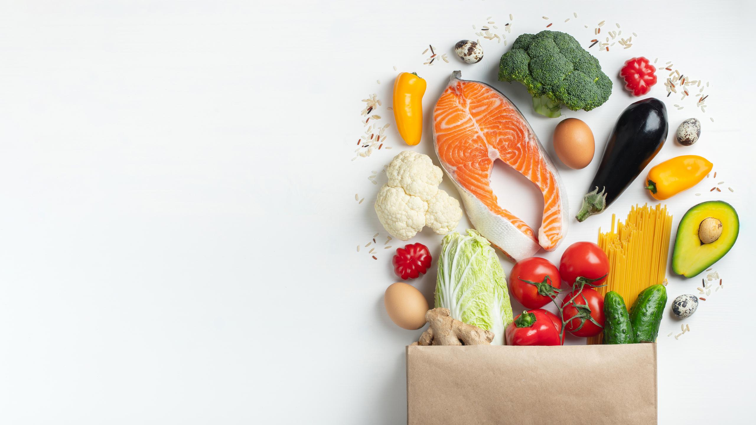 Una dieta variada rica en vegetales y proteínas te ayudará a prevenir la aparición de celulitis